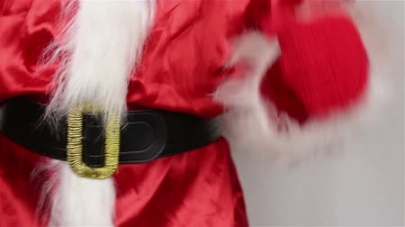 чудо : Santa adjusts his belt around his stomach Стоковые видеозаписи