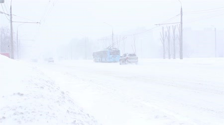 escorregadio : Cars are driving down the street in snowstorm Stock Footage