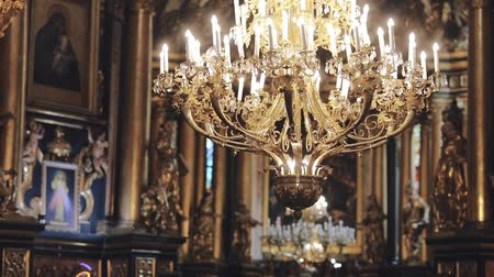 viktoriánus : Dolly shot of a beautiful chandelier