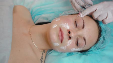 mezoterapia : Young beautiful girl in a beauty clinic - indoors Wideo