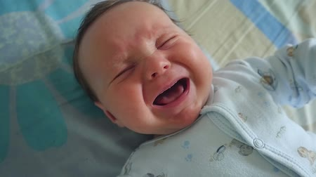 крик : Newborn Crying Baby Boy