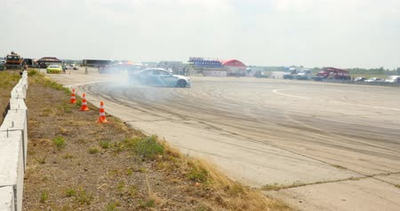дрейф : Participant in a drifting competition and burning tires on drag race track
