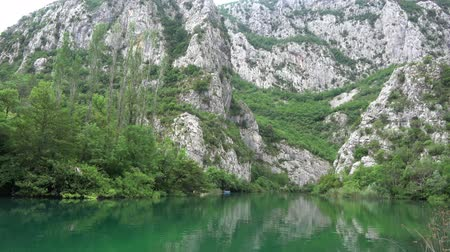 lehet : Cetina is a river in Southern Croatia and flows into the Adriatic Sea.