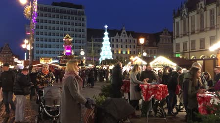 personalizado : Visitors at the Christmas market in the Old Town of Wroclaw - Poland.