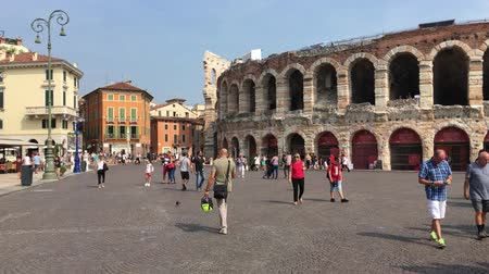 посетитель : Roman amphitheater Arena di Verona at the Piazza Bra square in the historic center of Verona - Italy. Стоковые видеозаписи