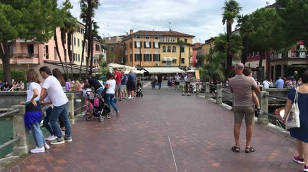 Tourists in the historical center of Sirmione on Lake Garda - Italy. Stock mozgókép