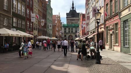 polonais : Old town of Gdansk with pedestrians at the Long Market in front of the Golden Gate - Poland.