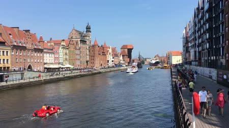 dünya mirası : Cityscape of Gdansk with boat on the river Motlawa - Poland. Stok Video