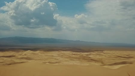 akşam : Beautiful Views of the Desert Landscape. Gobi Desert. Sand Dunes in Gobi Desert. South East of Mongolia. Stok Video