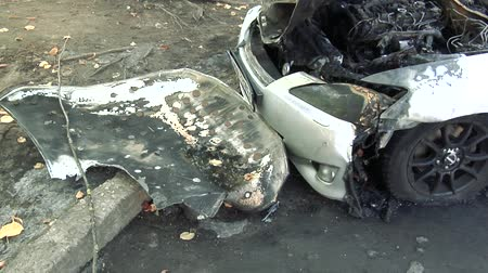 vandalismo : The Car After the Fire. Burnt Out Car With an Open Hood. Engine Burned Out Car Wreck After a Fire. Vandalism.