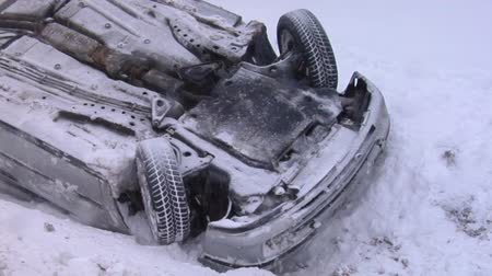 sokak lâmbası direği : Crashed Car Upside Down on the Roof  After an Accident on Winter Road With Snow. Accident With a  Car in Winter on Road, Slippery Icy Road, Danger Driving