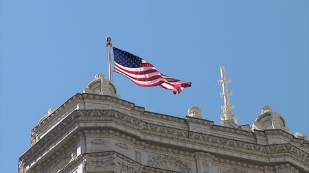 An American Flag Flies Proudly Against the Blue Summer Sky. Chickago Illinois. Dostupné videozáznamy