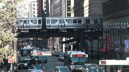 metro : CHICAGO, ILLINOIS - April 30, 2015: Metro Train Passing And Traffic Street In Chicago Illinois Usa Commuting In City Through Downtown. Wideo