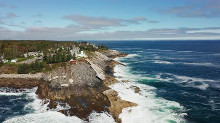 Luchtfoto van Pemaquid Point Light met achteruit dolly-beweging. De Pemaquid Point Light is een historische Amerikaanse vuurtoren gevestigd in Bristol, Lincoln County, Maine, aan het uiteinde van de Pemaquid Neck.