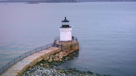 spitze : Luftbild von Bug Light in Portland Maine, mit Helixkamerabewegung um den Point of Interest.
