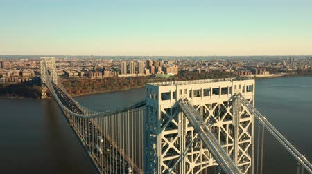 Luchtfoto drone-beelden van George Washington Bridge met uitzicht langs de Hudson River, richting New York City (rotatie punt van belang) Stockvideo