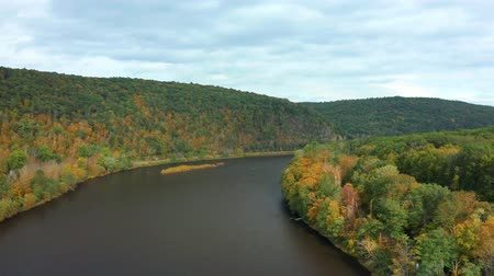 dobrar : Drone takes off from Upper Delaware river, ascends above the tree line and slowly turns around the river bend.