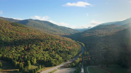 Luchtfoto langs White Mountain road, in New Hampshire, met herfstkleuren en late namiddagzon Stockvideo