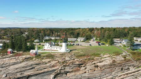 zajímavosti : Aerial view of Pemaquid Point Light (rotation movement.) The Pemaquid Point Light is a historic US lighthouse located in Bristol, Lincoln County, Maine, at the tip of the Pemaquid Neck