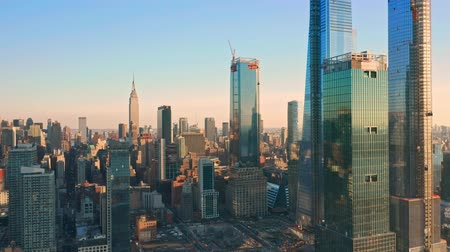 Luchtfoto drone-beelden van de skyline van New York langs Hudson Yards Manhattan wolkenkrabbers in de Midtown (sommige worden nog steeds in aanbouw) Stockvideo