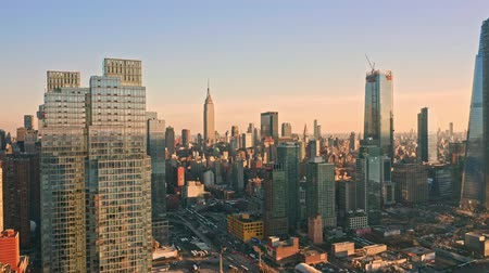 torre : Aerial drone footage of New York skyline panning along Hudson Yards midtown Manhattan skyscrapers.