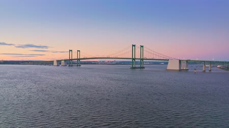 Luchtfoto drone shot van Delaware Memorial Bridge in de schemering. De Delaware Memorial Bridge is een set van twee hangbruggen over de Delaware-rivier tussen de staten Delaware en New Jersey