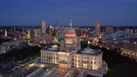 ügyintézés : Drone footage of Providence, Rhode Island at dusk. The camera rotates around the state capitol. Providence is the capital city of the U. S. state of Rhode Island.