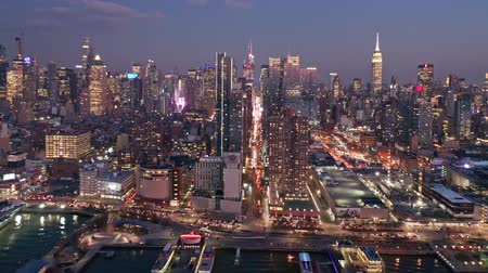 arka görünüm : Aerial drone footage of New York skyline along 42nd street canyon, at dusk, with pull back camera motion