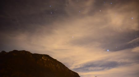 noite : night sky with clouds and orion constellation time lapse