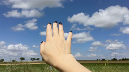 símbolo : Putting out the car window girl hand. Human hand outside during trip. Young woman waving with her hand at travel.