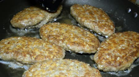 sığır : Delicious juicy homemade cutlets are cooked in a frying pan. In bubbling oil. Selective focus. Close-up. Stok Video