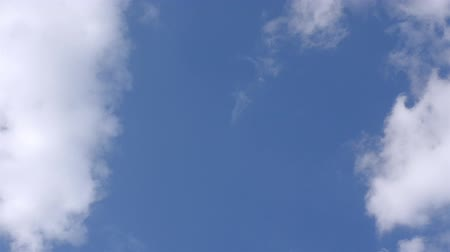 meteorologia : White fluffy clouds in the vast blue sky. Abstract nature background. Close-up.