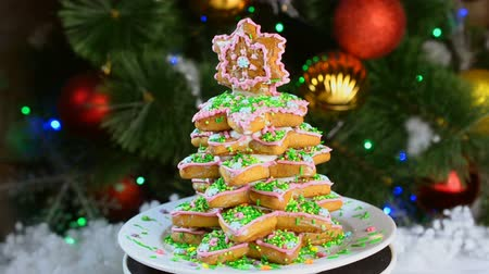 Gingerbread herringbone rotates in a circle against the background of the Christmas tree.