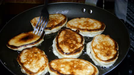 panque : Homemade baking. Cooking fried pancakes Pancakes Archivo de Video
