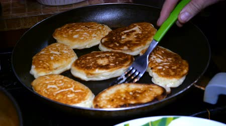 kaynatmak : Homemade baking. Cooking fried pancakes Pancakes Stok Video