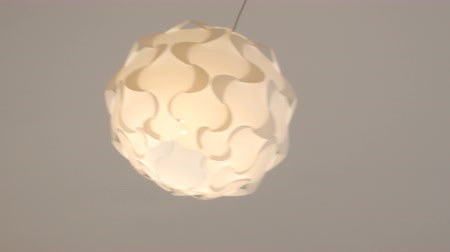 żyrandol : A single round decorative chandelier is hanging from under the ceiling. Wideo