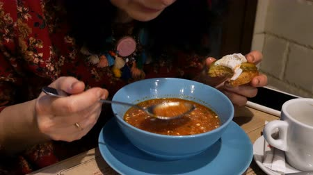 barszcz : Borscht with sour cream. Stir in the cafe or restaurant. Wideo