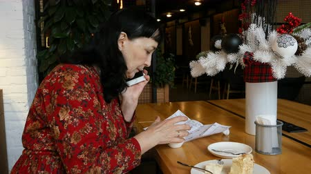pečivo : Businesswoman or coffee cup on paper of paper.