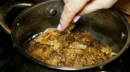 белок : Homemade cooking. Cooking liver steaks or meat. Beef liver steaks or meat sprinkled with fried onions.