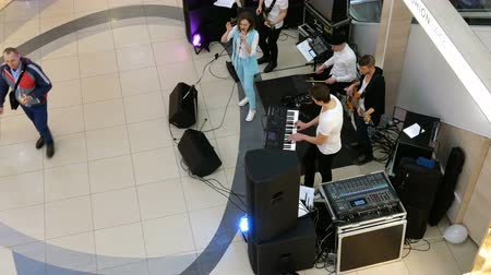 kijev : Kiev, Ukraine, March 2019: - Unidentified musicians entertain customers near the escalator.