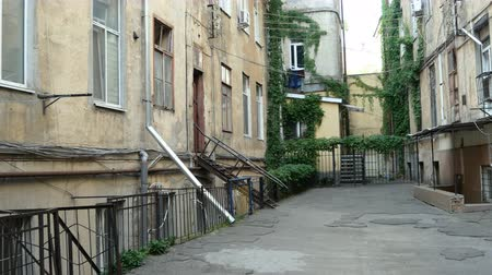 avlu : Cozy narrow courtyard of Odessa in Ukraine. Stok Video