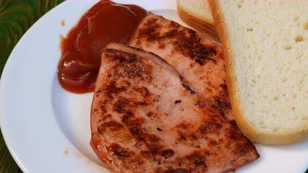 cserépedény : Fried sausage pieces and sliced ??bread The concept of cooking fast inexpensive food.