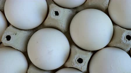 törékeny : White chicken eggs are fresh, stacked in cardboard packaging. Food background. Close-up.