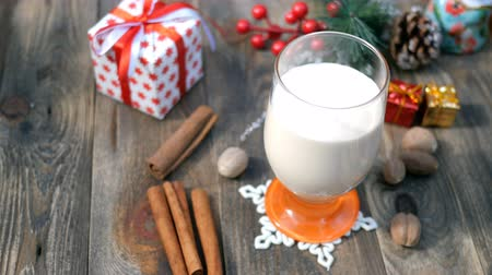 küçük hindistan cevizi : Preparation homemade traditional christmas spicy hot drink eggnog with ground nutmeg, cinnamon in a glass, for funny christmas holiday.