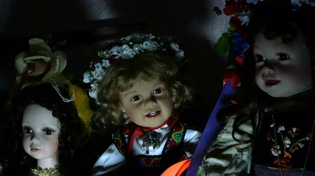 ijesztő : Several dolls on a shelf of an old house in dramatic lighting, looking mysterious and otherworldly inspire fear. Close-up.