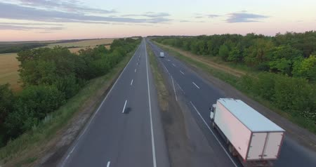 auto estrada : Aerial: Flying Above Container Semi Truck Transporting Goods On Busy Highway