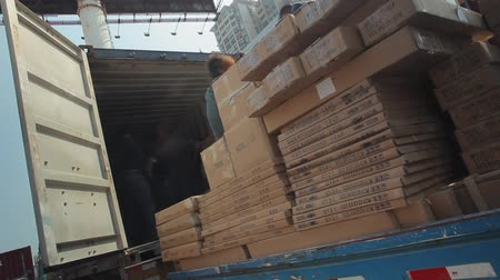 áruk : Unloading of the moving van and loading of the container wagon a cardboard box