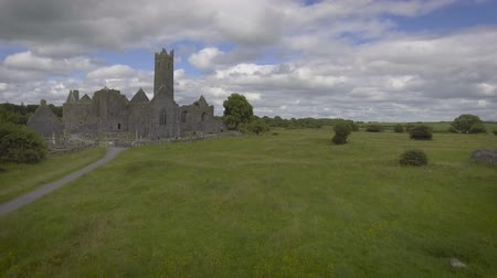 İrlanda : Aerial video of the famous irish public landmark, quin abbey, county clare, ireland Stok Video