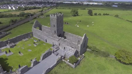 İrlanda : Aerial view ruins of Clare Abbey, Ennis County Clare. Famous Public Attraction in Ireland. Stok Video