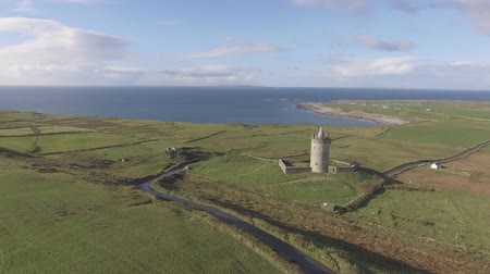 İrlanda : Epic Aerial Scenic Irish Castle landscape view from Doolin in County Clare. Famous tourist attraction along the wild atlantic way Ireland. Aran islands coastal beach in the distance. Flat profile